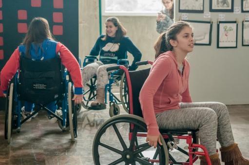 Durante la exposición, los alumnos podían hacer el recorrido en silla de ruedas para sensibilizarse con la discapacidad motriz