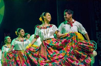 Grupo Folclórico UDEM durante las funciones artísticas